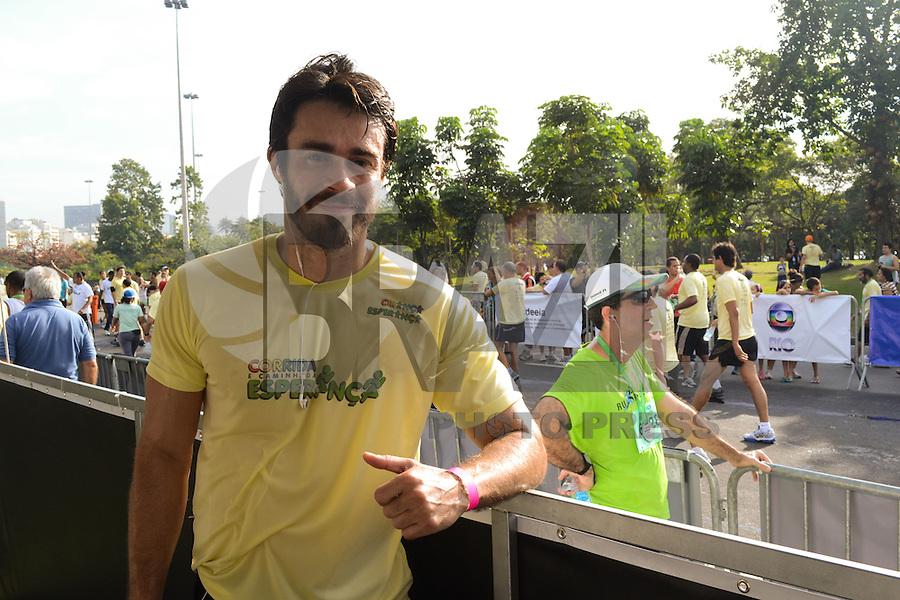RIO DE JANEIRO, RJ, 05 AGOSTO 2012 -CORRIDA E CAMINHADA DA ESPERANCA - O ator Erom Cordeiro na Corrida e Caminhada da Esperanca levou centenas de pessoas ao Aterro do Flamengo no evento que faz parte do Crianca Esperanca, neste domingo, 05, no Aterro do Flamengo, zona sul do rio.(FOTO: MARCELO FONSECA / BRAZIL PHOTO PRESS).