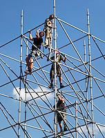 Bouwvakkers zetten een steiger op voor nieuwbouw