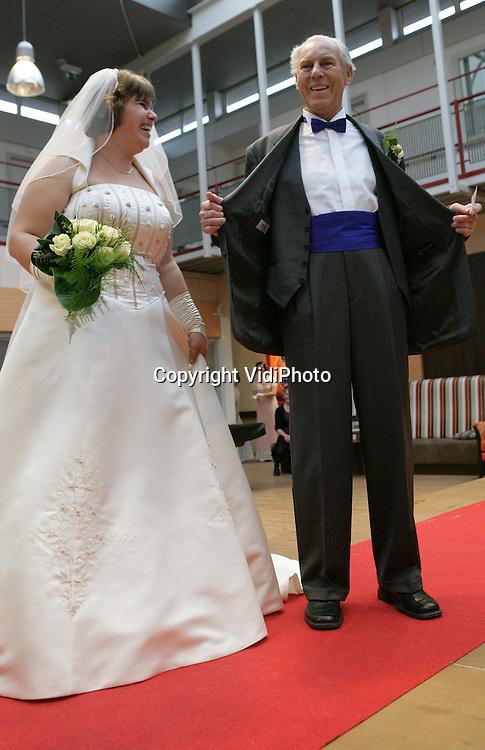 Foto: VidiPhoto..HERVELD - Een ongebruikelijke gebeurtenis in zorgcentrum De Hoge Hof in Herveld zaterdag. Daar werd door bewoners en verplegend personeel een bruidsshow gehouden. Mooiste koppel werd bewoner Walter Timmer (81) met zijn gelegenheidspartner, de 28-jarige Mariëlle Willems. Hoewel dhr. Timmer deze week 60-jaar getrouwd was, droeg hij voor het eerst een trouwpak. Zestig jaar geleden had hij geen geld om er een te kopen. De show was spontaan bedacht en georganiseerd door de bewoners zelf. Zowel deelnemers als publiek raakten soms geëmotioneerd.