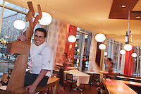 Amérique/Amérique du Nord/Canada/Québec/Montréal: Normand Laprise du  Restaurant: Toqué! en cuisine avec son orignal en bois