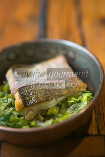 Italie, Val d'Aoste, Morgex: Filet de saumon de fontaine bardé au Lard d'Arnad et sauté de poireaux du jardin, recette d' Agustino Buillas, chef du restaurant: Café Quinson, piazza Pincipe Tomasa  // Italy, Aosta Valley, Morgex:  Fillet of salmon trout larded in Arnad lard and  garden leeks  garden, Agustin Buillas recipe, chef restaurant: Café Quinson, piazza Pincipe Tomasa