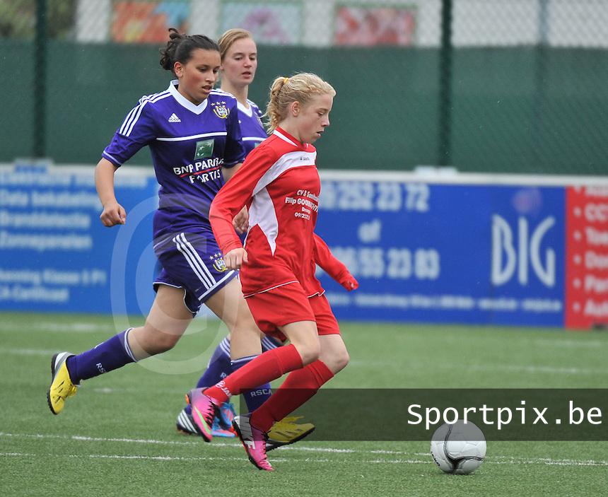 AA Gent Ladies U16 - RSC Anderlecht : Elena Dhont aan de bal voor Loubna Bouljalala.foto DAVID CATRY / Nikonpro.be