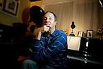 FERNANDO TELLETXEA POSA JUNTO A SU PIANO EN SU CASA DEL BARRIO DE PROSPERIDAD EN MADRID EL 25 DE OCTUBRE DE 2007. (FOTO ALVARO HERNANDEZ)