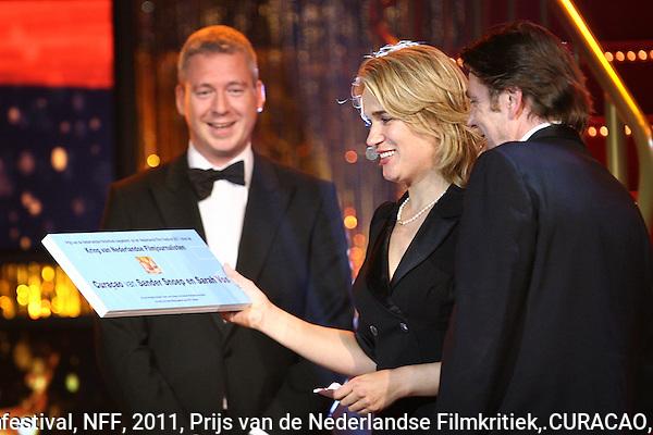 20111030 - Utrecht - FOTO: RAMON MANGOLD - Uitreiking van de Gouden Kalveren in de Stadsschouwburg. Robbert Blokland (L) mag de Prijs van de Nederlandse Filmkritiek voor.CURACAO uitreiken aan Sarah Vos en Sander Snoep.