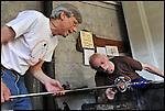 Gino Bormioli e Vincenzo Richebuono, maestri vetrai all'opera alla fornace del Museo del Vetro di Altare (SV) nell'ambito del Glass Fest 2014