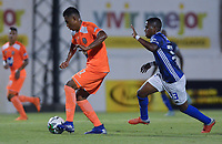 ENVIGADO -COLOMBIA, 27-01-2019: Santiago Ruiz de Envigado disputa el balón con Juan Camilo Salazar de Millonarios durante partido por la fecha 1 de la Liga Águila I 2019 entre Envigado FC y Millonarios jugado en el Polideportivo Sur de la ciudad de Envigado. / Santiago Ruiz of Envigado fights for the ball with Juan Camilo Salazar of Millonarios during match for the date 1 of the Aguila League I 2019 between Envigado FC and Millonarios played at Polideportivo Sur in Envigado city.  Photo: VizzorImage/ León Monsalve / Cont