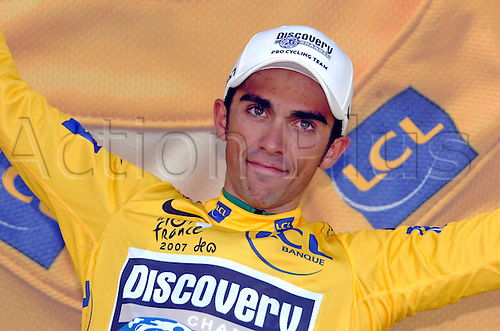 26 July 2007: Spanish cyclist Alberto Contador who rides for Discovery, celebrates taking over the leader's yellow jersey at the finish of stage 17 of the Tour de France in Castelsarrasin. Photo: Sirotti/Actionplus..cycling man male 070726 joy celebration winner
