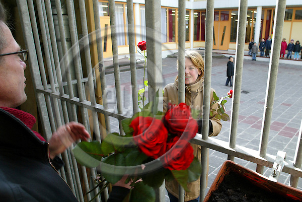 ROTTERDAM - NETHERLANDS - 06 MARTS 2006 -- Social Democrats campaigning from door to door at the Sint-Mariastraat. The leader Peter van HEEMST hands over a red rose to a teacher of the local school where there is a lot of immigrant children. PHOTO: ERIK LUNTANG / EUP-IMAGES