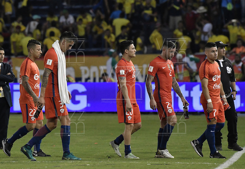 BARRANQUILLA - COLOMBIA - 10-11-2016:  Jugadores de Chile abandonan el campo de juego después del partido entre Colombia y Chile por la fecha 11 de la clasificatoria a la Copa Mundial de la FIFA Rusia 2018 jugado en el estadio Metropolitano Roberto Melendez en Barranquilla./ Players of Chile leave the field after the match between Colombia and Chile for the date 11 of the qualifier to FIFA World Cup Russia 2018 played at Metropolitan stadium Roberto Melendez in Barranquilla. Photo: VizzorImage/ Gabriel Aponte / Staff