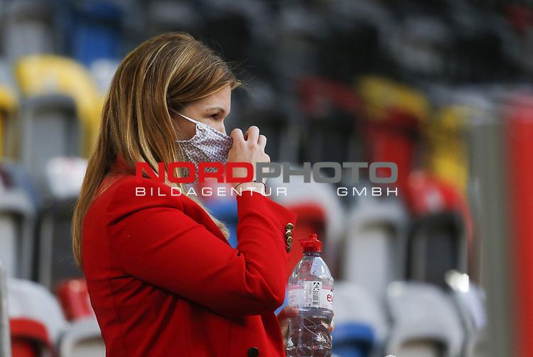 Sky Moderatorin Jessica Libbertz (geb. Kastrop) mit Maske<br /><br /><br />20.06.2020, Fussball, 1. Bundesliga, Saison 2019 / 2020<br />33.Spieltag, Fortuna Duesseldorf : FC Augsburg<br /><br />Foto : NORBERT SCHMIDT/POOL/ via Meuter/nordphoto<br /><br />Nur für journalistische Zwecke ! Only for editorial use .