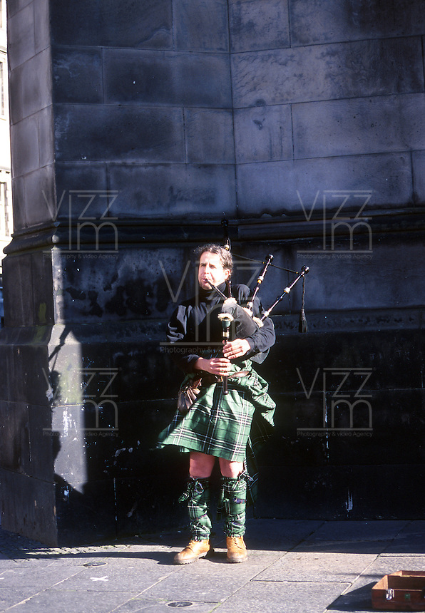 EDIMBURGO-ESCOCIA- 16-10-2007. Gaitero escocés. Scottish Scottish piper. (Photo: VizzorImage)