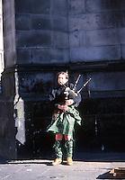EDIMBURGO-ESCOCIA- 16-10-2007. Gaitero escocés. Scottish Scottish piper. (Photo: VizzorImage)
