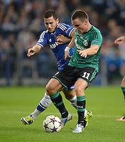 FUSSBALL   CHAMPIONS LEAGUE   SAISON 2013/2014   GRUPPENPHASE FC Schalke 04 - FC Chelsea        22.10.2013 Eden Hazard (Fli, C Chelsea) gegen Christian Clemens  (re, FC Schalke 04)