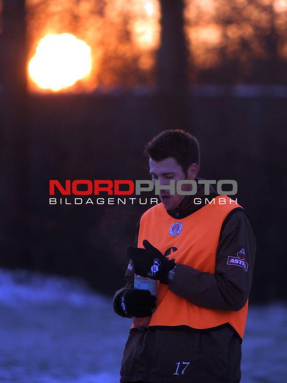 2.Liga FBL 2008/2009  FC St.Pauli - Training im Schnee<br /> <br /> <br /> Fabian Boll (Nr.17) im Sonnenuntergang beim Training.<br /> <br /> <br /> Foto &copy; nph (nordphoto)<br /> <br /> *** Local Caption ***