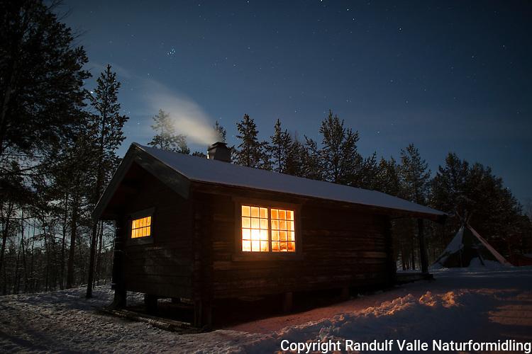 Hytte ved Ellentjernet i Pasvik en vinternatt. ----- Hut by Ellentjern in Pasvik a winter night.