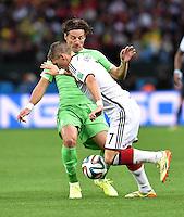 FUSSBALL WM 2014                ACHTELFINALE Deutschland - Algerien               30.06.2014 Mehdi Mostefa (hinten, Algerien) gegen Bastian Schweinsteiger (vorn, Deutschland)