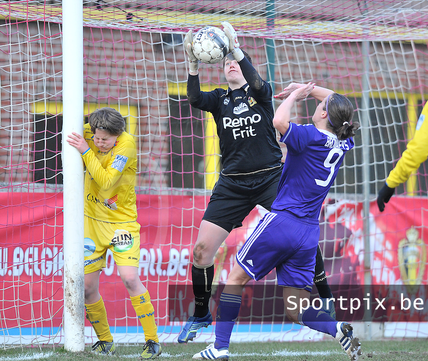 Waasland Beveren Sinaai Girls - RSC Anderlecht : Anke Langeraert plukt de bal voor Cynthia Browaeys (r) en Charlotte Van Wynsberghe (l).foto DAVID CATRY / Nikonpro.be