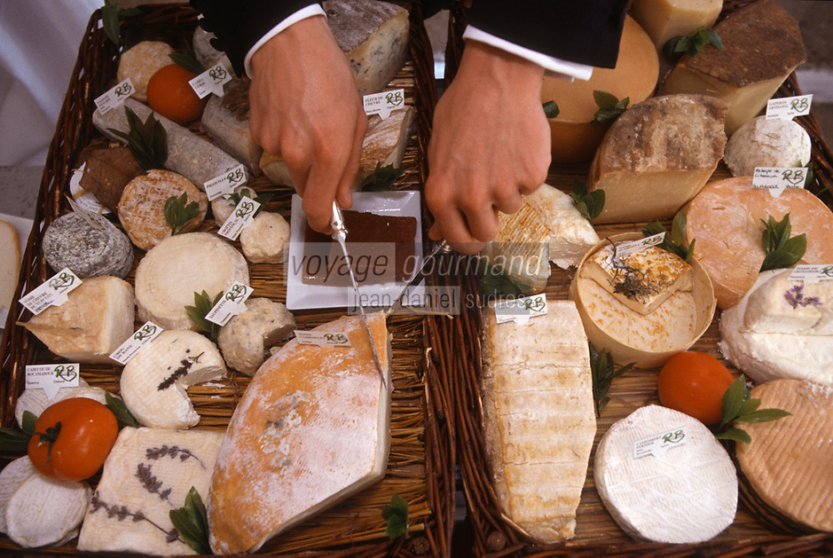"""France/06/Alpes Maritimes/Mougins: Service du Plateau de Fromage composé par le fromager Robert Bedot- au Restaurant """"Le Moulin de Mougins"""""""
