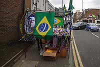 LONDRES, INGLATERRA, 25 MARÇO 2013 - AMISTOSO INTERNACIONAL - BRASIL X RUSSIA -Banca com assessórios para torcedores nos arredores Estádio Stamford Bridge, estádio do Chelsea em Londres capital da Inglaterra, onde logo mais o Brasil enfrenta a Rússia, em amistoso internacional. (FOTO: GUILHERME ALMEIDA / BRAZIL PHOTO PRESS)..