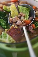 Europe/France/Midi-Pyrénées/65/Hautes-Pyrénées/Vallée du Louron/Estarvielle: Garbure, recette de  Frédéric Chupin de l'Hôtel des Cimes<br /> La garbure (de l'occitan gascon garbura) est une soupe au chou avec morceaux de légumes et talon de jambon, traditionnelle de la cuisine gasconne dans le sud-ouest de la France. La garbure était l'aliment quotidien des paysans gascons. Servie en potage ou en plat de résistance