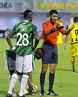 BARRANCABERMEJA -COLOMBIA, 09-08-2015.  Cristian Villarraga, árbitro, ordena cobrar una falta durante el encuentro entre Alianza Petroleray Deportivo Cali por la fecha 5 de la Liga Aguila II 2015 disputado en el estadio Daniel Villa Zapata de la ciudad de Barrancabermeja./ Cristian Villarraga, referee, calls charge a foul during the match between Alianza Petrolera and Deportivo Cali for the 5th date of the Aguila League II 2015 played at Daniel Villa Zapata stadium in Barrancebermeja city. Photo:VizzorImage / Jose Martinez / Cont