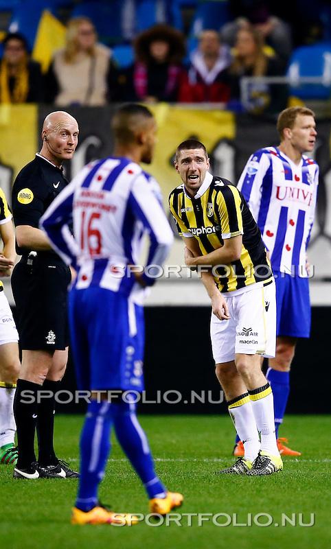 Nederland, Arnhem, 13 februari 2016<br /> Eredivisie<br /> Seizoen 2015-2016<br /> Vitesse-SC Heerenveen <br /> Arnold Kruiswijk (2e van r.) van Vitesse heeft last van zijn rechterarm.