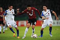 FUSSBALL   EUROPA LEAGUE   SAISON 2011/2012  SECHZEHNTELFINALE Hannover 96 - FC Bruegge                                    16.02.2012 Mohamed Abdellaoue (Mitte, Hannover 96) gegen Thibaut Van Acker (li) und Jordi (re, beide Bruegge)
