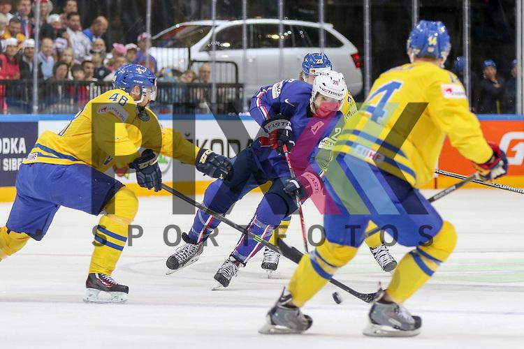 Frankreichs Raux, Damien (Nr.28) mit einem Schuss gegen Schwedens Rahimi, DanielRask, Victor (Nr.48)  im Spiel IIHF WC15 Frankreich vs. Schweden.<br /> <br /> Foto &copy; P-I-X.org *** Foto ist honorarpflichtig! *** Auf Anfrage in hoeherer Qualitaet/Aufloesung. Belegexemplar erbeten. Veroeffentlichung ausschliesslich fuer journalistisch-publizistische Zwecke. For editorial use only.