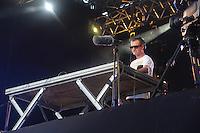 RIO DE JANEIRO, RJ, 31.12.2013 - O DJ Duda M se apresenta no palco principal, em frente ao Copacabana Palace, onde as pessoas já se concentram à espera dos shows e queima de fogos do Réveillon do Rio de Janeiro que espera cerca de 2,3 milhões de pessoas na praia de Copacabana. (Foto. Néstor J. Beremblum / Brazil Photo Press)