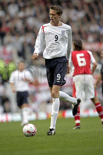 8 October 2005: England striker Peter Crouch running with the ball during the Group 6 world cup qualifier between England and Austria at Old Trafford against England. England won the game 1-0 and qualified for the finals. Photo: Glyn Kirk/Actionplus...soccer football 051008 player footballer tall lanky