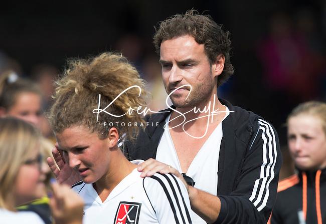 AMSTELVEEN - Coach Rick Mathijssen van Amsterdam  met  Maria Verschoor na de competitiewedstrijd tussen de dames van Amsterdam en Den Bosch (1-1).  COPYRIGHT KOEN SUYK
