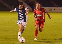 TUNJA- COLOMBIA, 21-09-2018:Victor Arzayus  (Izq.) jugador de Boyacá Chicó disputa el balón   contra Omar Pérez (Der.) jugador de Patriotas Boyacá  durante partido por la fecha 11 de la Liga Águila II 2018 jugado en el estadio La Independencia de la ciudad de Tunja. /Victor Arzayus (L) player of Boyaca Chico fights the ball agaisnt Omar Perez (R) player of Patriotas Boyaca during the match for the date 11 of the Liga Aguila II 2018 played at the La Independencia stadium in Tunja city. Photo: VizzorImage / José Miguel Palencia / Contribuidor