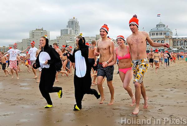 Traditionele Nieuwjaarsduik in Scheveningen. Jongen maakt een foto van zichzelf
