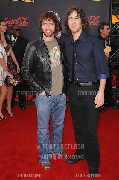 James Blunt (left) & Josh Groban at the 2007 American Music Awards at the Nokia Theatre, Los Angeles..November 18, 2007  Los Angeles, CA.Picture: Paul Smith / Featureflash