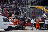 SÃO PAULO, SP, 14 DE MARÇO DE 2010 - SÃO PAULO INDY 300 - Na tarde desta domingo acontece em São Paulo a São Paulo Indy 300, etapa de abertura da temporada 2010 da IZOD IndyCar Series. Na foto o carro do piloto Mario Moraes é retirado de cima do carro do Marco Andretti que saí ileso do acidente após acidente na largada nas ruas de São Paulo, passando pelo Sambódromo e Marginal do Tietê. (FOTO: WILLIAM VOLCOV / NEWS FREE).