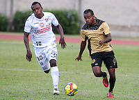 ITAGÜI - COLOMBIA -20-04-2014: Edison Palomino, (Der.) jugador de Itagüi disputa el balón con Gustavo Culma (Izq.) jugador de Once Caldas durante  partido Itagüi y Once Caldas por la fecha 18 de la Liga Postobon I 2014 en el estadio Ditaires de la ciudad de Itagüi. / Edison Palomino,  (R) player of Itagüi fights for the ball with Gustavo Culma (L) player of Once Caldas during a match Itagüi and Once Caldas for the date 18th of the Liga Postobon I 2014 at the Ditaires stadium in Itagüi city. Photo: VizzorImage / Luis Rios / Str.