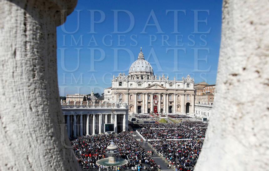 Una veduta di Piazza San Pietro durante la messa di Pasqua celebrata da Papa Francesco, Citta' del Vaticano, 27 marzo 2016.<br /> A view of St. Peter's Square during the Easter Mass celebrated by Pope Francis, Vatican, 27 March 2016.<br /> UPDATE IMAGES PRESS/Isabella Bonotto<br /> <br /> STRICTLY ONLY FOR EDITORIAL USE<br /> <br /> *** ITALY AND GERMANY OUT ***