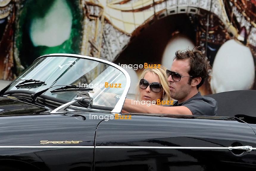 """Fabrice Sopoglian,le parrain des Anges de la télé réalité, et producteur de 26 épisodes de la nouvelle série """" Hollywood Girls """"..Fabrice et sa femme Isabelle se baladent en amoureux à Beverly Hills dans son nouveau jouet, un Porsche Speedster de 1958, qu'il vient de s'offrir. Los Angeles, 6 août 2012. PHOTOS EXCLUSIVES"""