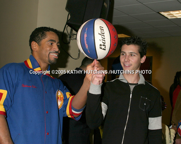 JUSTIN BERFIELD SPINS BALLS BACKSTAGE WITH THE HELP OF GLOBETROTTER STARS.CELEBRITIES ATTEND.HARLEM GLOBETROTTERS GAME AT .THE STAPLES CENTER.LOS ANGELES, CA.FEBRUARY 21, 2005.©2005 KATHY HUTCHINS /HUTCHINS PHOTO..EXCLUSIVE