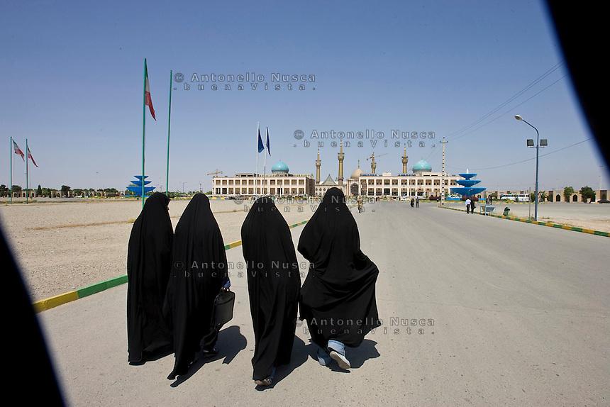 Donne Iraniane camminano in direzione del Mausoleo dell' Ayatollah Khomeini. Women at the Mausoleum of Ayatollah Khomeini in Tehran.