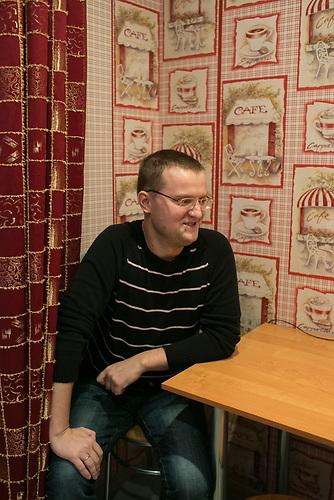 Alexander Bondarev in seiner Wohnung. Alexander kommt geb&uuml;rtig aus St. Petersburg und ist mit seiner Frau Irina nach Riga gezogen. K&uuml;rzlich hat er sein Unternehmen, eine Tabakpfeifenwerkstatt, in Lettland angemeldet.<br /> <br /> Seit einigen Jahren wandern vermehrt Russen in das benachbarte Lettland aus - derzeit sind 50.000 russische Staatsb&uuml;rger in Besitz einer st&auml;ndigen Aufenthaltsgenehmigung in dem baltischen Land.<br /> Seitdem Lettland 2004 Teil der Europ&auml;ischen Union ist, sind etwa zehn Prozent der Letten emigriert. In der Hauptstadt Riga bieten sich f&uuml;r junge Zuwanderer besonders auch beruflich aussichtsvolle Perspektiven.