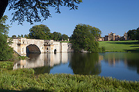 United Kingdom,  Oxfordshire, Woodstock: View over Lake and parkland to the Baroque architecture of Blenheim Palace, built between 1704 and 1722 by Vanbrugh and Hawksmoor | Grossbritannien, England, Oxfordshire, Woodstock: Park und See des Blenheim Palace, erbaut zwischen 1704 and 1722 von Vanbrugh und Hawksmoor