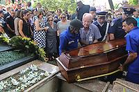 Sepultamento do corpo do ator Paulo Goulart, no Cemitério da Consolação, na região central da cidade de São Paulo, na tarde desta sexta-feira. O ator faleceu aos 81 anos depois de lutar contra um câncer na região dos pulmões. (Foto: Vanessa Carvalho / Brazil Photo PresS).