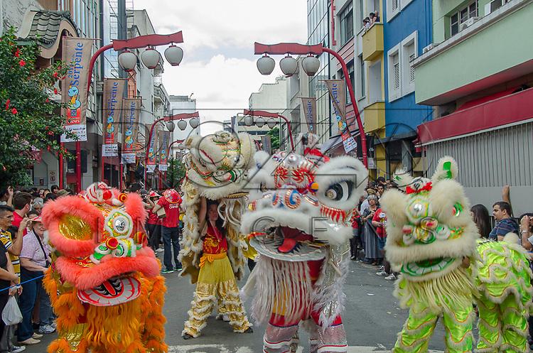 Dança do Leão na Comemoração do Ano Novo Chinês - número 4711 - ano da serpente da água, no bairro da Liberdade, São Paulo - SP, 02/2013.