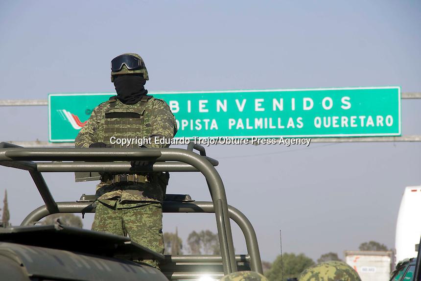 San Juan del R&iacute;o, Qro. 30 enero 2017.- Una Caravana de la Fuerza A&eacute;rea Mexicana circul&oacute; por la autopista M&eacute;xico-Quer&eacute;taro este lunes por la ma&ntilde;ana.<br /> El contingente, procedente de la Base Militar de Santa Luc&iacute;a, en el Estado de M&eacute;xico, transportaba aeronaves para la exhibici&oacute;n &quot;Fuerzas Armadas...Pasi&oacute;n por servir a M&eacute;xico&quot;, que se ubicar&aacute; en las instalaciones del &quot;Quer&eacute;taro Centro de Congresos&quot; a partir del pr&oacute;ximo 5 de febrero, y que ser&aacute; inaugurada por el Presidente Enrique Pe&ntilde;a Nieto, durante su visita a la entidad.<br /> <br /> La exposici&oacute;n es parte de las actividades propias del Centenario de la Constituci&oacute;n Pol&iacute;tica de los Estado Unidos Mexicanos.<br /> <br /> El convoy cruz&oacute; la caseta de peaje de Palmillas, tuvieron un peque&ntilde;o receso en el parador San Pedro, para posteriormente avanzar hasta la capital queretana.