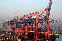 Eurogate: EUROPA, DEUTSCHLAND, HAMBURG, (EUROPE, GERMANY),22.11.2007: Container, Verladung, Containerverladung, Kran, Hamburger Hafen, HHLA, Elbe, Schiff, Seeschiff, Containerschiff, Logistik, Transport, Wirtschaft, Boom, Elbe, Ausbau, Erweiterung, Container, Eurogate, Eurokai, Waltershof, Predoehlkai, Morgen Stimmung,  Aufwind-Luftbilder.c o p y r i g h t : A U F W I N D - L U F T B I L D E R . de.G e r t r u d - B a e u m e r - S t i e g 1 0 2, .2 1 0 3 5 H a m b u r g , G e r m a n y.P h o n e + 4 9 (0) 1 7 1 - 6 8 6 6 0 6 9 .E m a i l H w e i 1 @ a o l . c o m.w w w . a u f w i n d - l u f t b i l d e r . d e.K o n t o : P o s t b a n k H a m b u r g .B l z : 2 0 0 1 0 0 2 0 .K o n t o : 5 8 3 6 5 7 2 0 9.C o p y r i g h t n u r f u e r j o u r n a l i s t i s c h Z w e c k e, keine P e r s o e n l i c h ke i t s r e c h t e v o r h a n d e n, V e r o e f f e n t l i c h u n g  n u r  m i t  H o n o r a r  n a c h M F M, N a m e n s n e n n u n g  u n d B e l e g e x e m p l a r !.