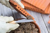 Wildbienen-Nisthilfe aus Strangfalzziegel, Strangfalzziegel, Tonziegel mit Hohlräumen, Biberschwanz, Dachziegel. Schritt 3: die Löcher auf einer Seite der Strangfalzziegel werden mit Lehm verschlossen, damit die Ziegel nach hinten hin geschlossen sind. Wildbienen-Nisthilfen, Wildbienen-Nisthilfe selbermachen, selber machen, Wildbienenhotel, Insektenhotel, Wildbienen-Hotel, Insekten-Hotel