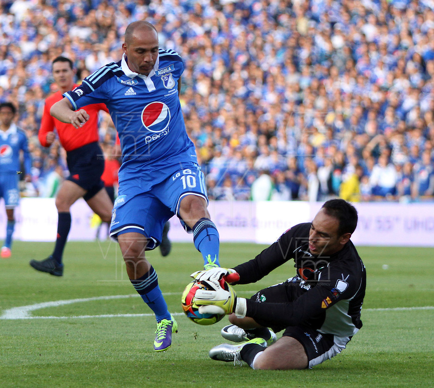 BOGOTA -COLOMBIA. 03-05-2014. Mayer Candelo (Izq) de Millonarios  disputa el balon contra Diego Novoa de La Equidad  partido de vuelta por los Cuartos de Final  de La liga Postobon  disputado en el estadio Nemesio Camacho El Campin. /   Mayer Candelo (L) of Millonarios dispute the balloon against Diego Novoa of La Equidad  game around the Quarter Finals of the Postobon league match at the Estadio Nemesio Camacho El Campin. Photo: VizzorImage/ Felipe Caicedo / Staff