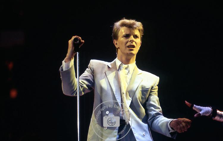 David Bowie at Live Aid 1985 | David bowie, Bowie, Starman |David Bowie 1985