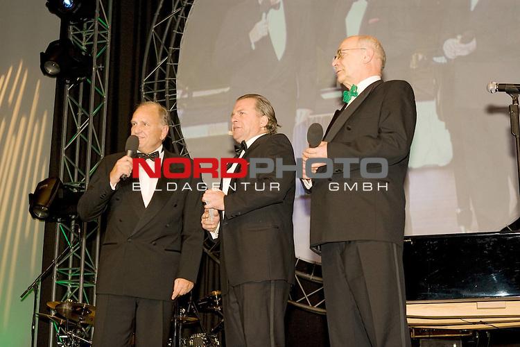 J&uuml;rgen L. Born (Vorsitzender der Gesch&auml;ftsf&uuml;hrung und Gesch&auml;ftsf&uuml;hrer Finanzen und &Ouml;ffentlichkeitsarbeit) Christian Stoll und Klaus-Dieter Fischer  (Gesch&auml;ftsf&uuml;hrer Leistungszentrum Fu&szlig;ball und andere Sportarten) <br /> <br /> <br /> Foto: &copy; nph ( nordphoto )